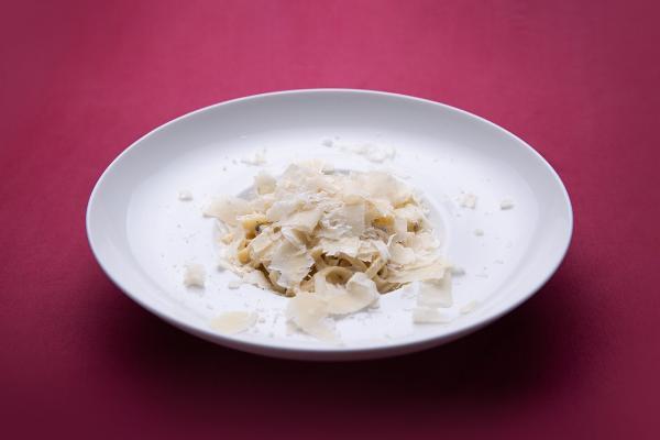 Tagliatelle de pasta fresca con crema tartufata y parmigiano
