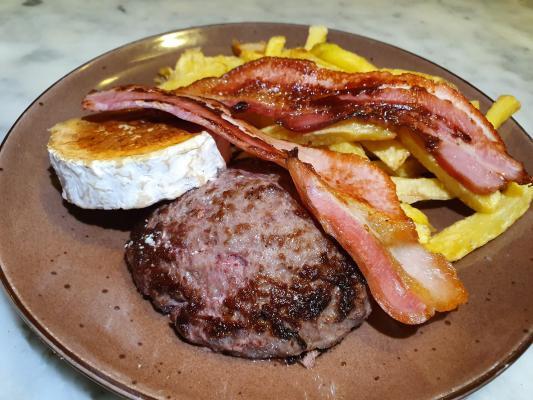 Combinado de Burger con queso de cabra, fritas y bacon