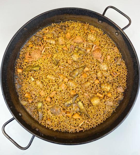 Paella melosa de galeras, cangrejos y alcachofas