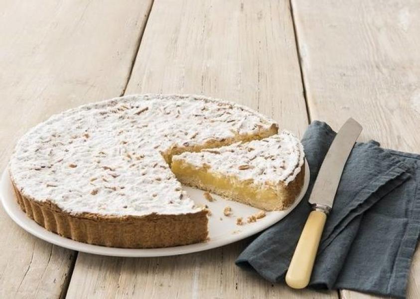 Tarta con crema pastelera de limón y piñones tostados