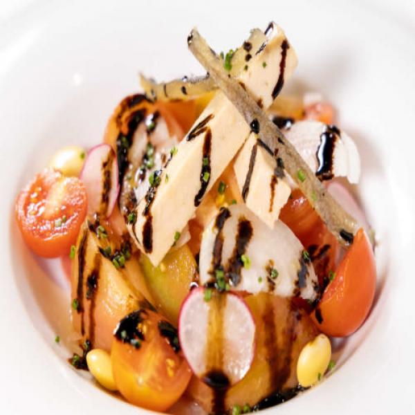 Ensalada de tomate pelado, bonito del Norte y capellanet