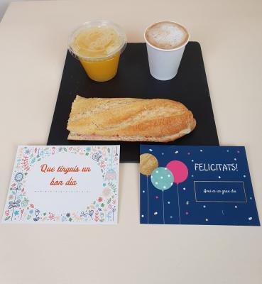 Regala un desayuno Salado - Café con leche o Infusión / bocadillo pequeño a elección / zumo naranja natural + Tarjeta felicitación