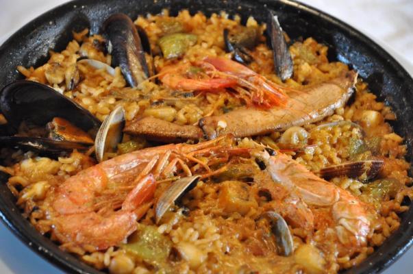 Paella de marisco y carne