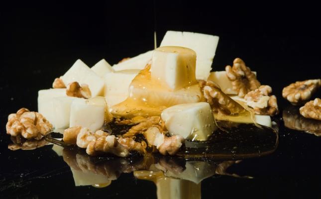 Tapa de queso curado con nueces y pasas