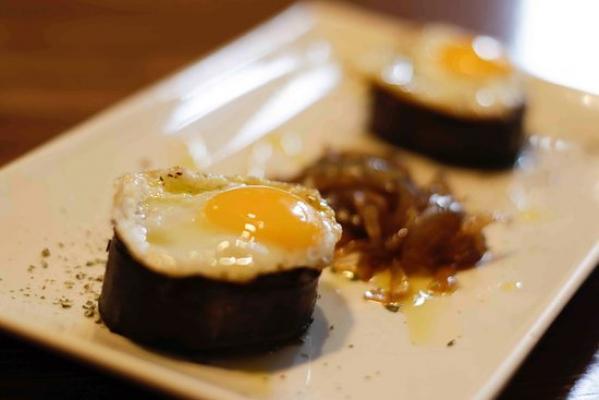 Tapa  de morcilla caramelizada con huevos de cordoniz