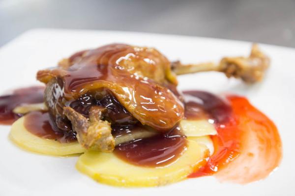Confit de pato al oporto con mermelada de frutos rojos