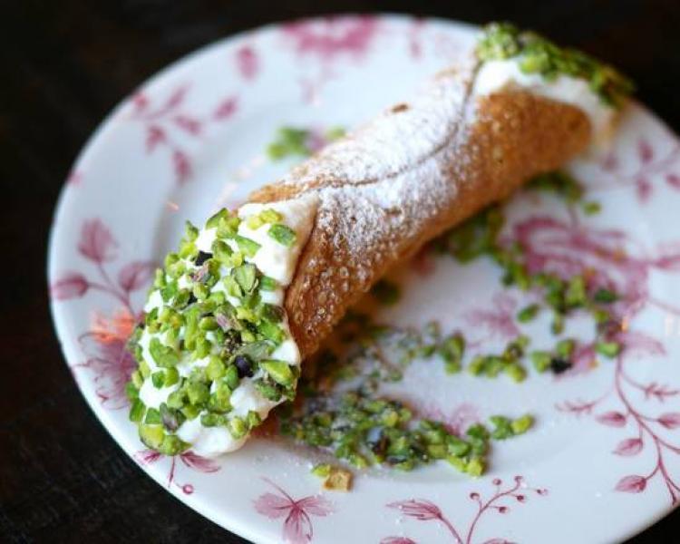 Cannolo siciliano pistachos