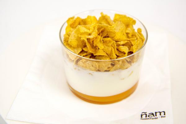 Crema de yogurt con coulant de melocotón y cereales crujientes